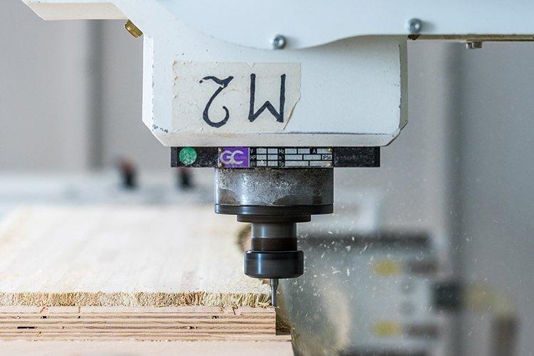 tecnologia cnc taglio a controllo numerico usata nella preparazione delle anime in legno degli snowboard Sandy Shapes