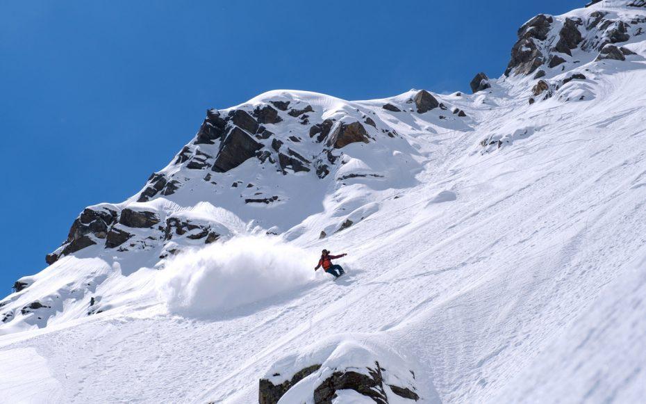 Sandy shapes snowboard freeride in neve fresca