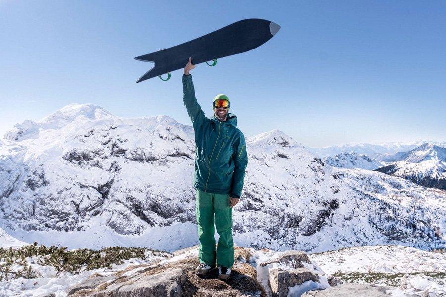 rider sandy shapes con snowboard a coda di rondine